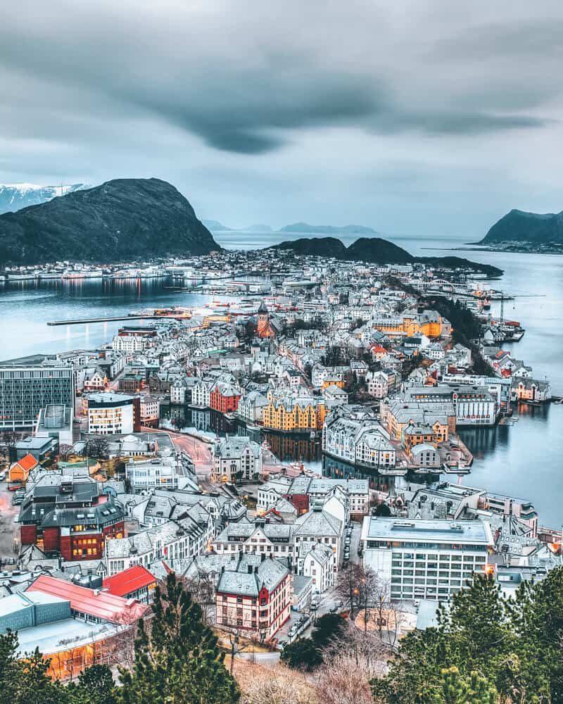 Gorgeous city of Ålesund. Norway is one of the most breathtakingly beautiful countries in the world and these photos prove it! So amazing! Here are some of the top places to see in Norway. #norway #norwayphtoos #norwayphotography #avenlylanetravel #avenlylane #europe #travelinspiration #beautifulplaces