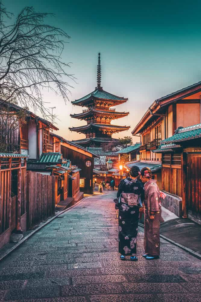 Best things to do in Kyoto, Japan. Walking the The Gion district of Kyoto is one of the most historic districts in the city, and is most affectionately called the geisha district (a geisha is NOT a prostitute). Check out more at avenlylanetravel.com #Japan #kyoto #japantravel #AVENLYLANETRAVEL