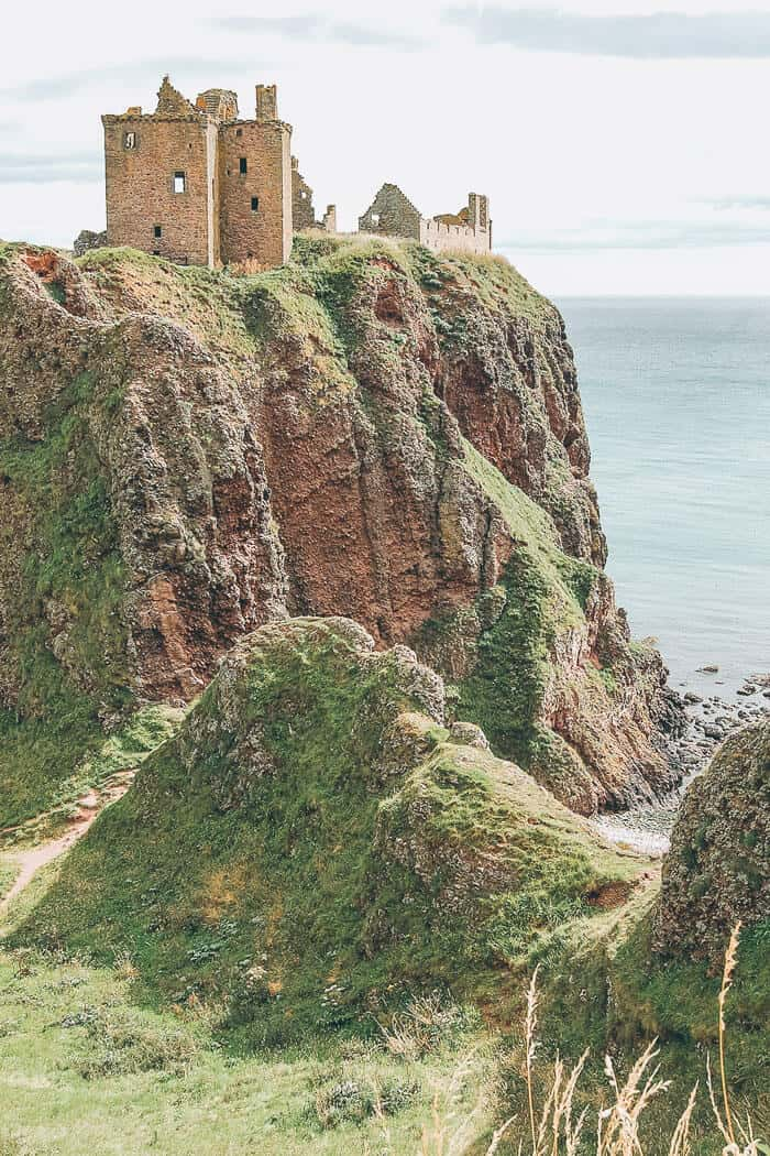 TDunnottar Castle. The Best Castles in Scotland! Between the Scottish Highlands and the gorgeous city of Edinburgh Scotland is one the of most beautiful places on earth. These 15 Scottish castles will be perfect to add to your Eurppe Bucket List! #scotland #castles #scottishhighlands #edinburgh #Unitedkingom #travel #bucketlist #europe #traveltips #beautiful #travelblog #avenlylane #avenlylanetravel