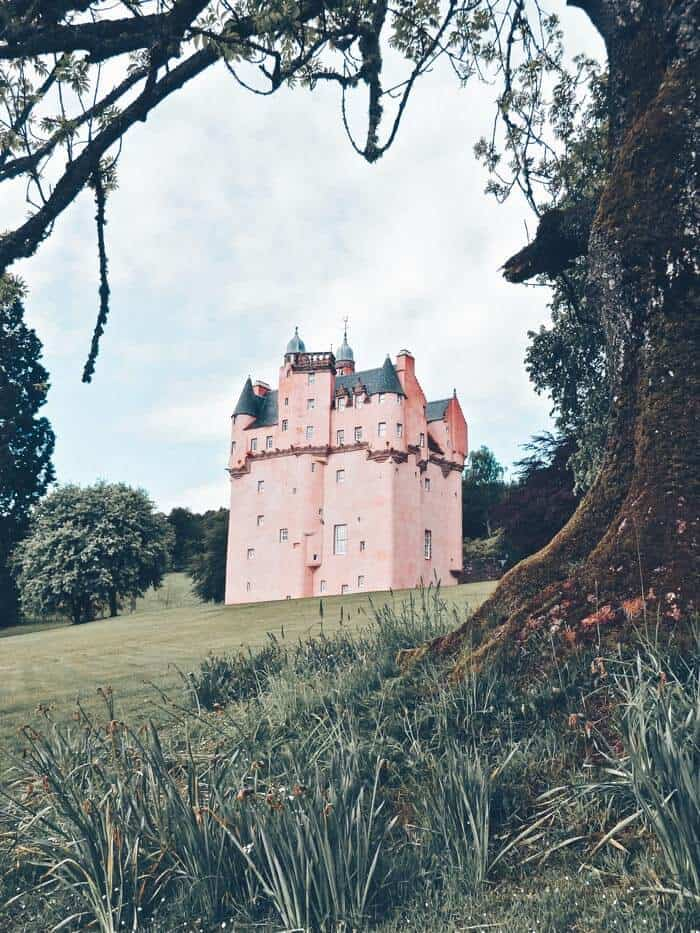 The Best Castles in Scotland! Between the Scottish Highlands and the gorgeous city of Edinburgh Scotland is one the of most beautiful places on earth. These 15 Scottish castles will be perfect to add to your Eurppe Bucket List! #scotland #castles #scottishhighlands #edinburgh #Unitedkingom #travel #bucketlist #europe #traveltips #beautiful #travelblog #avenlylane #avenlylanetravel