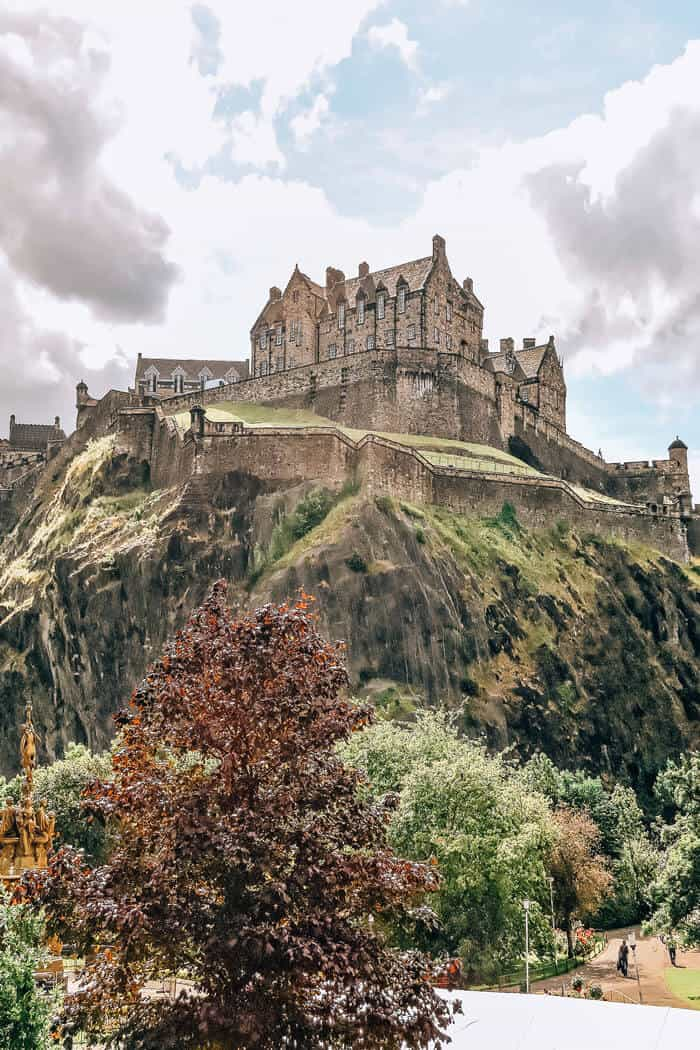 Edinburgh Castle in Scotland! This castle is by far one of the most beautiful castles in the world! Click the pin to check out the top 10 things to do and see in Scotland on avenlylane.com! #avenlylane #scotland #castles #europe #bucketlist #travelinspiration