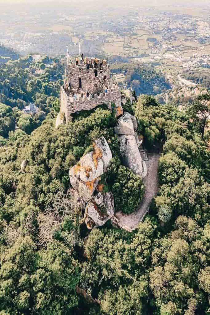 Castle of Moors in Sintra Portugal! Planning a trip to Lisbon Portugal? Lisbon to Sintra makes for the perfect day trip. Check out the top things to do in Sintra Portugal on avenlylanetravel.com